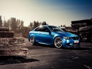 Un bonito BMW azul entra listones de madera