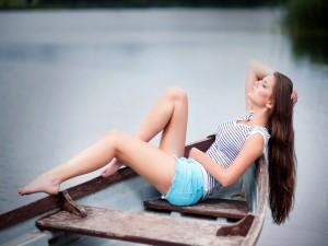 Chica durmiendo en una barca