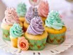 Unos ricos cupcakes con crema de colores