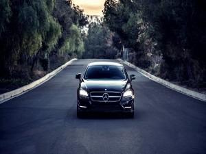 Un Mercedes CLS550 con las luces encendidas