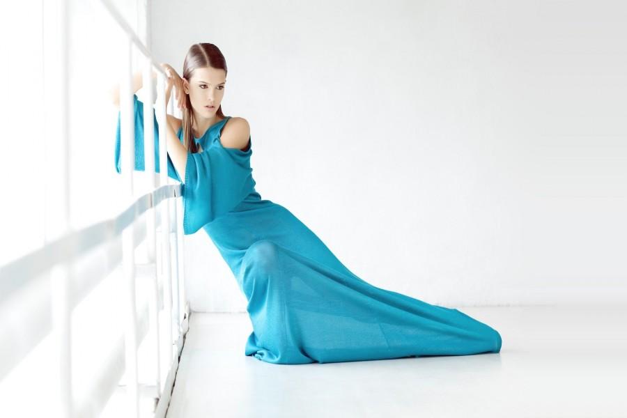 Chica con un vestido azul