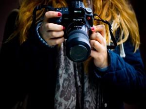 Chica fotografiando con una cámara Sony