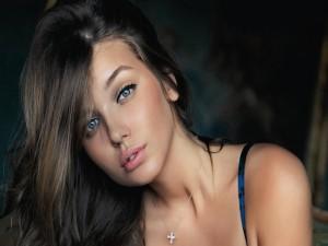 Chica castaña con ojos azules