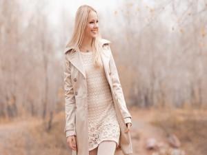 Chica con una bonita sonrisa paseando por el campo