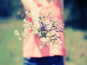 Chica con un ramo de flores silvestres