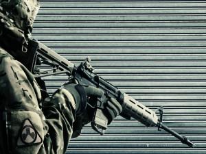 Soldado empuñando el arma