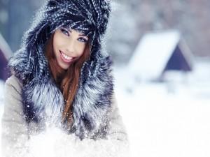 Hermosa joven sonriendo en invierno