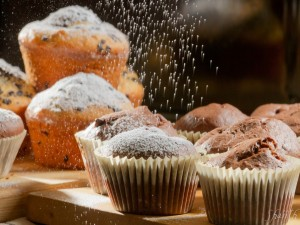 Espolvoreando azúcar sobre unas magdalenas