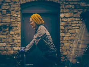 Chica montando en bici