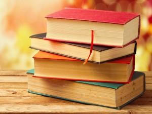 Libros apilados sobre una mesa