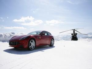 Ferrari FF y un helicóptero en una montaña nevada