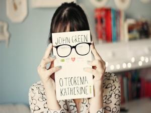 Sosteniendo un libro de John Green