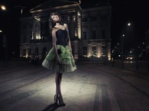 Guapa mujer en la calle nocturna de una ciudad
