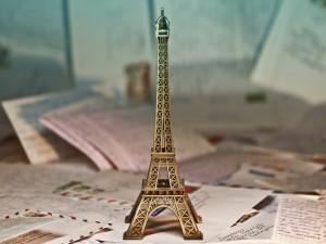 Pequeña Torre Eiffel sobre unas cartas