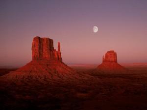Luna sobre el Valle de los Monumentos