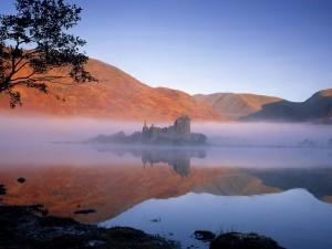 Bruma sobre el castillo de Kilchurn y el lago Awe (Escocia)