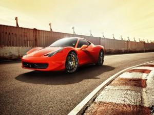 Ferrari rojo en un circuito