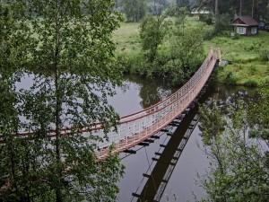 Puente suspendido sobre el río
