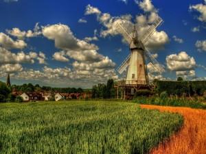 Molino de viento en el campo cercano a un poblado