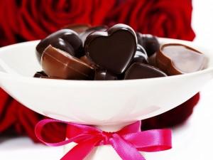 Bombones de chocolate y una ramo de rosas para San Valentín
