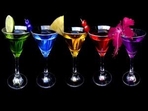 Copas con bebidas de colores y frutas