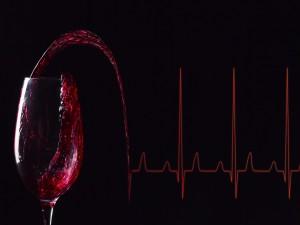 Copa con vino que se derrama para formar un gráfico