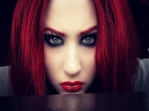 Chica con el pelo y labios de color rojo