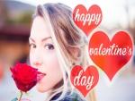 Mujer con una rosa en el Día de San Valentín