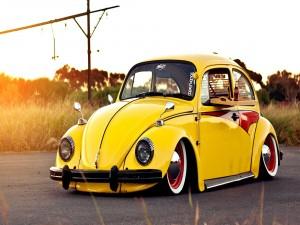 Un bonito escarabajo Volkswagen amarillo
