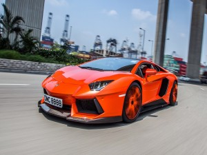 Lamborghini Aventador de color naranja
