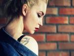 Chica mostrando su tatuaje