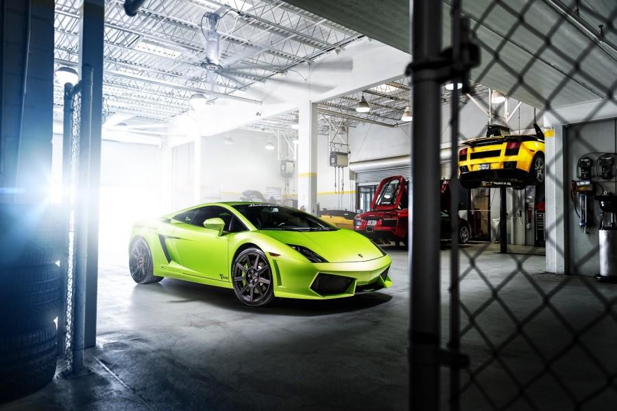 Lamborghini Gallardo verde dentro de un taller