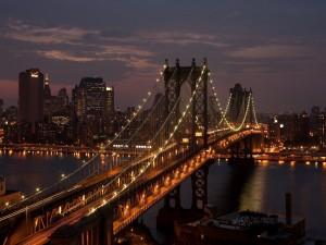 Puente iluminado en la ciudad de Nueva York