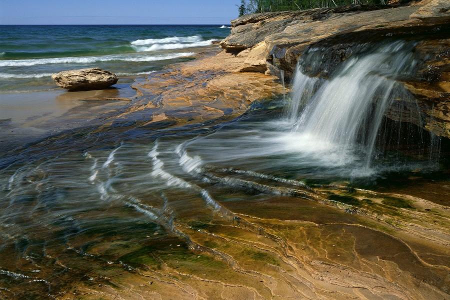 Agua cayendo de la roca