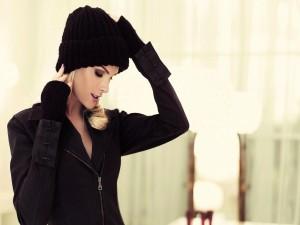 Chica con un gorro de lana negro