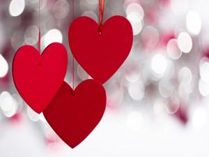 Tres corazones rojos colgantes