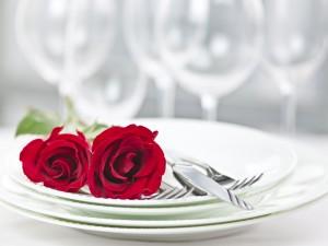 Rosas sobre un plato para un comida romántica de San Valentín