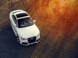 Un Audi RS5 blanco