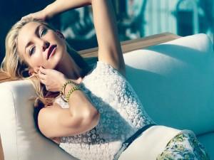 Kate Hudson descansando en un sofá