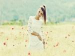 Chica en un campo de amapolas