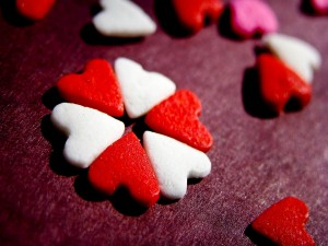 Pequeños corazones rojos y blancos