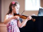 Niña tocando el violín