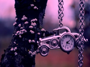Reloj en un colgante con forma de coche antiguo