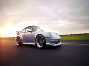 Porsche circulando por una carretera