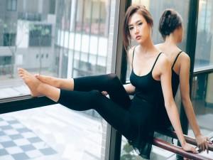 Bailarina sentada junto a la ventana