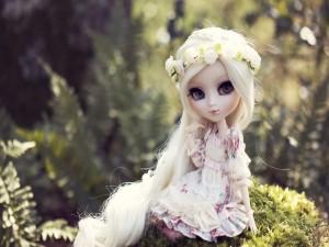 Muñeca con una corona de flores en la cabeza