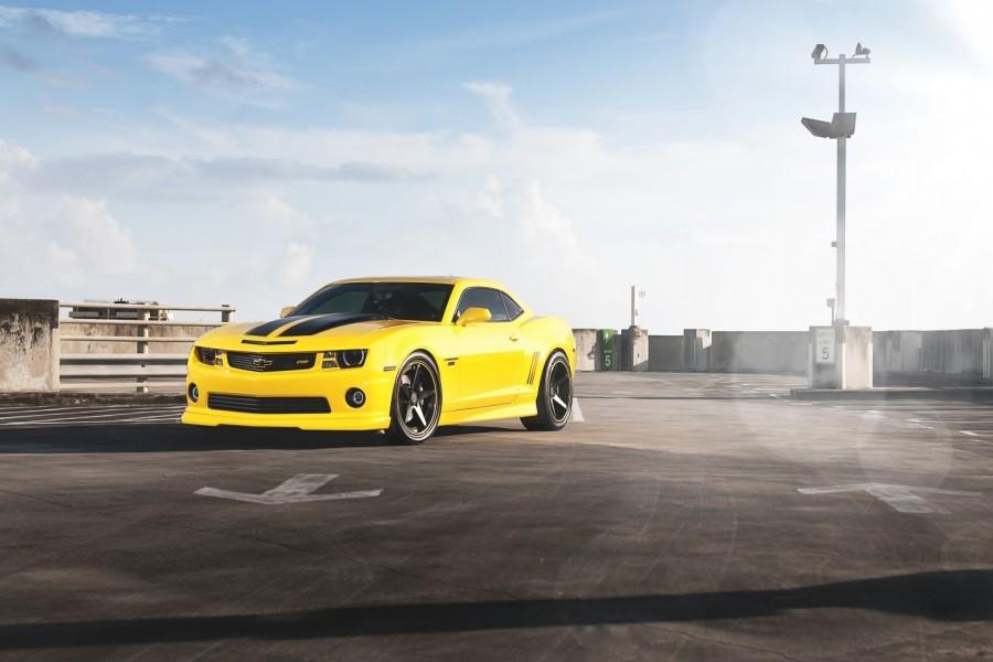 Chevrolet Camaro RS amarillo