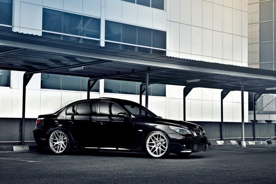 BMW de color negro en un parking