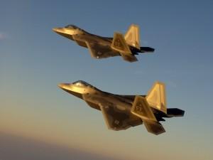 Dos aviones de combate en el aire