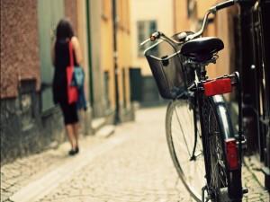 Bicicleta en una calle empedrada